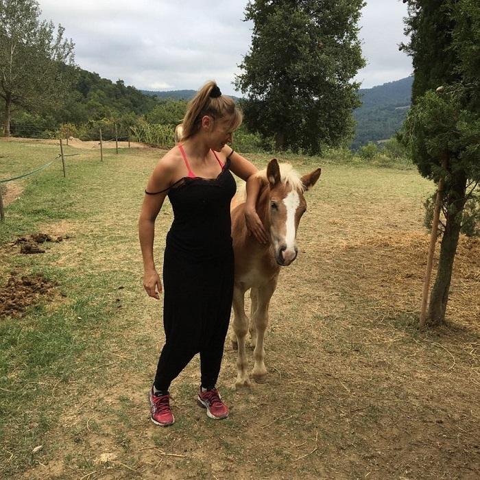 Mónica Hernández Rosety Masajes con potrillo Manolo