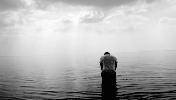 Hombre desolado antes Monica H. Rosety Masajes Desbloqueo sexualidad y Terapia Tántrica
