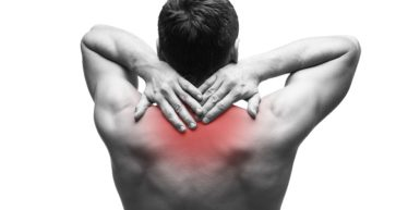 Hombre con dolor en espalda antes masaje TNDR Mónica H. Rosety Masajes Home