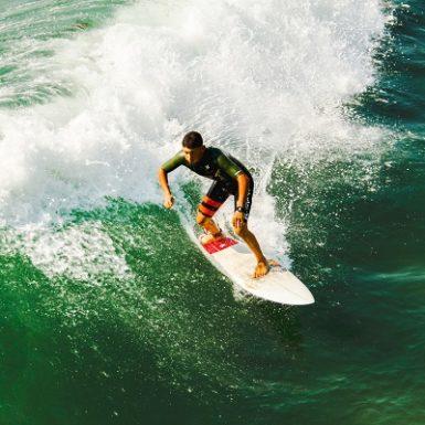Hombre en forma practica surf Monica H. Rosety Masajes TNDR