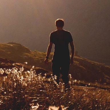 Hombre seguro en la montaña Monica H. Rosety Masajes Sexualidad