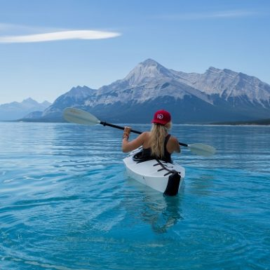 Mujer en canoa practica deporte Monica H. Rosety Masajes TNDR