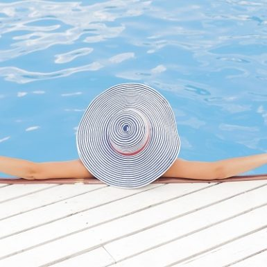 Mujer relajándose spa Monica H. Rosety Masajes Otros masajes