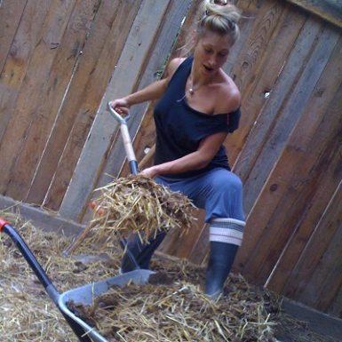 Mónica Hernández Rosety Masajes trabajando en la cuadra caballos