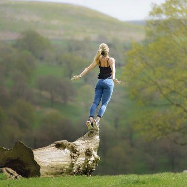 Mujer vuela árbol Monica H. Rosety Masajes Otros Masajes